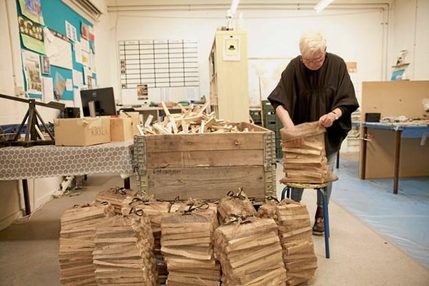 Birte Vang arbejder også på værkstedet med at pakke pindebrænde, som sælges til kunder. Privatfoto