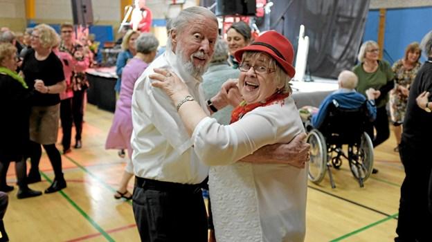 Tidligere legetøjsforhandler Kaj Winkelmann danser med Anny Kjærgaard Knudsen fra Vellingshøj Ældrecenter. Foto: Niels Helver Niels Helver