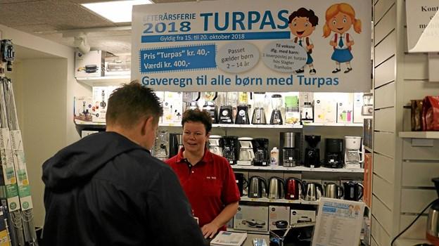 Indehaver af Kop & Kande, Lene Andersen havde friholdt et hjørne af forretningen, forbeholdt salget af Turpas. Hun fik fra åbningen brug for al sin rutine og hurtighed idet det lykkedes hende at sælge 385 pas på blot 45 minutter. Foto: Tommy Thomsen