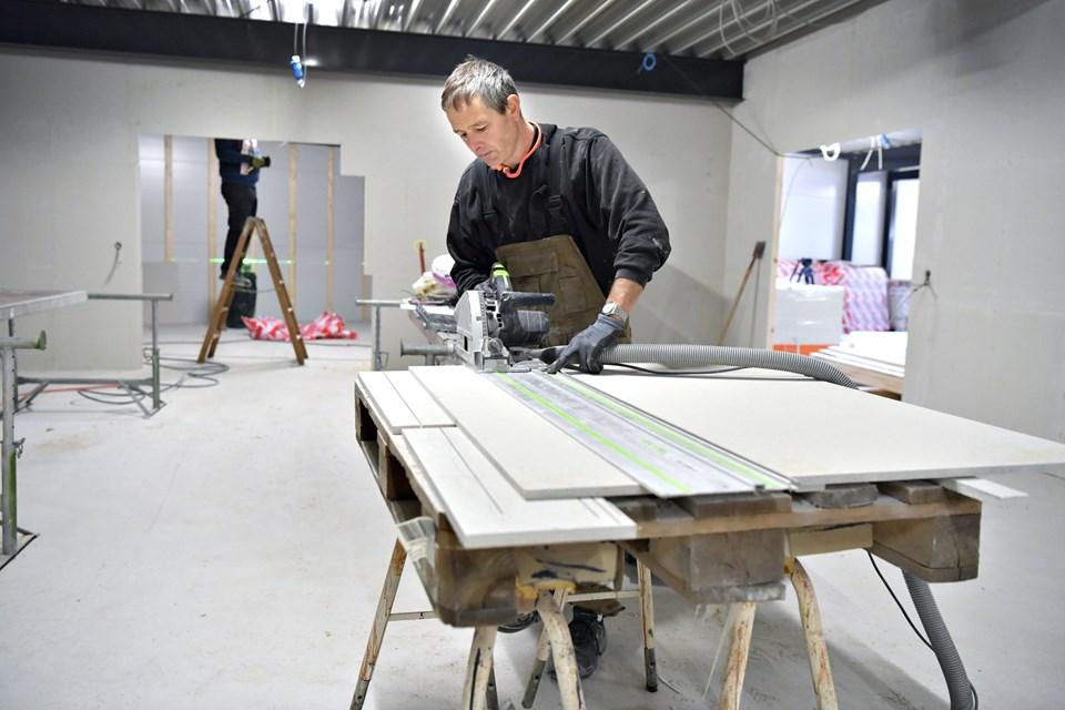 Tømrer Ole Kristiansen svinger rutineret værktøj og træplader på første sal, hvor Sparekassen Vendsyssel får filial.Foto: Bente Poder