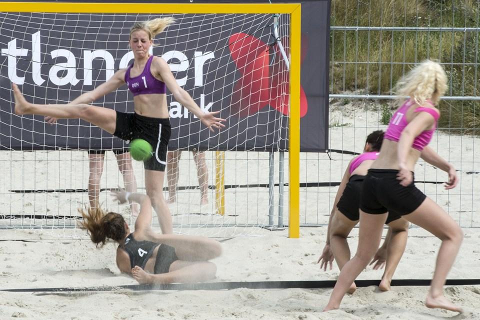Der er fire spillere på banen ad gangen på hvert hold, når der spilles beach håndbold, og spillerne lander alt andet lige blødt i sandet, når de går den direkte vej mod målet. Arkivfoto: Henrik Bo