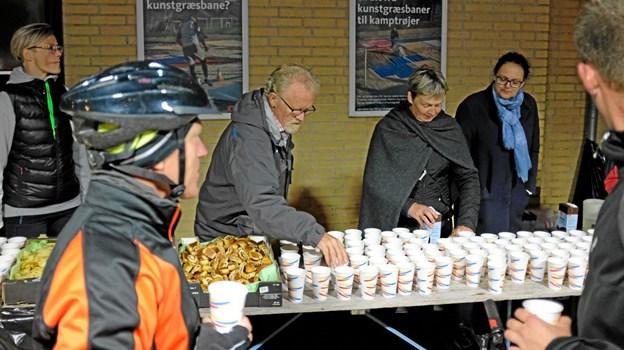 Frivillige fra byens foreninger og Vendsyssel Friskole serverede vand, kakaomælk, chips og kanelsnegle til de mange deltagere i Coast2Coast. Foto: Niels Helver Niels Helver