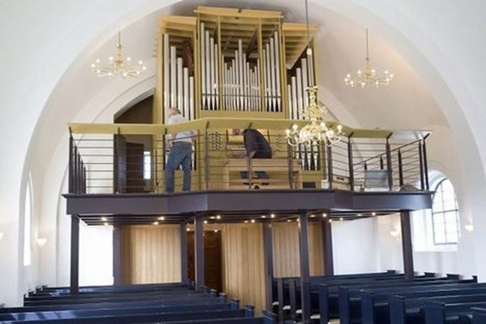 Nye lyskroner kaster lys over det nye orgel på det nye pulpitur, der med sit åbne design godt kan minde lidt om broen på et skib.