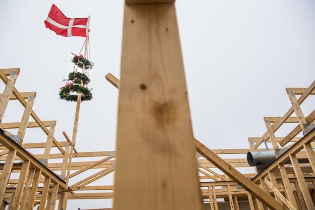 Traditionen tro var der hejst kranse på Blå Kors Hjemmets nye aktivitetshus, der skal stå klar 1. maj næste år. På gårdspladsen blev der spist lune pølser i kulden.