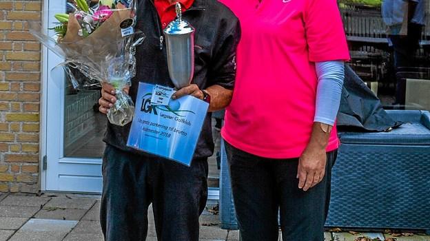 Den nye klubmester Jørgen Hosbond her sammen med matchleder Marianne Bang. Foto: Mogens Lynge