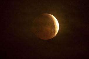 Skyet vejr gjorde total måneformørkelse svær at se