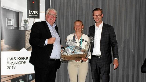 Prisen og titlen som Årets Gazelle 2018 blev overrakt til Lotte Trier Kristiansen (m.f.) af kædechef for Tvis Køkkener, Per Sander (t.h.) og Ole Lund Andersen, adm. direktør ved TCM Group (t.v.).