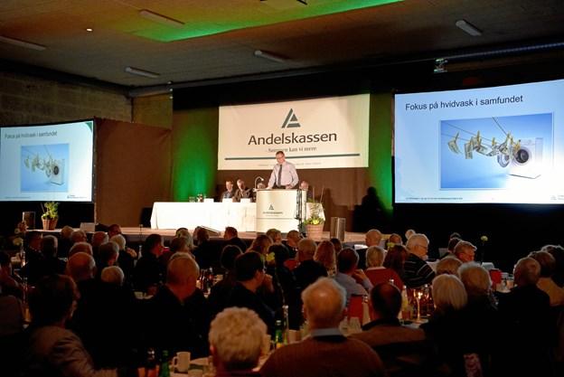 Jan Pedersen, administrerende direktør hos Danske Andelskassers Bank, aflægger beretning foran 650 aktionærer i Hobro Idrætscenter. Privatfoto