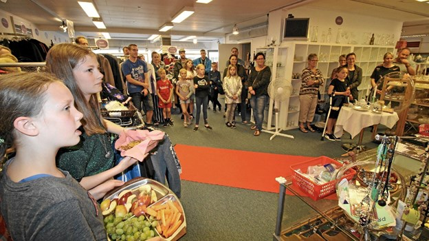 Mange interesserede mødte op til modeshowet, der blev afsluttet med saftevand, frugt og snacks. Foto: Jørgen Ingvardsen Jørgen Ingvardsen