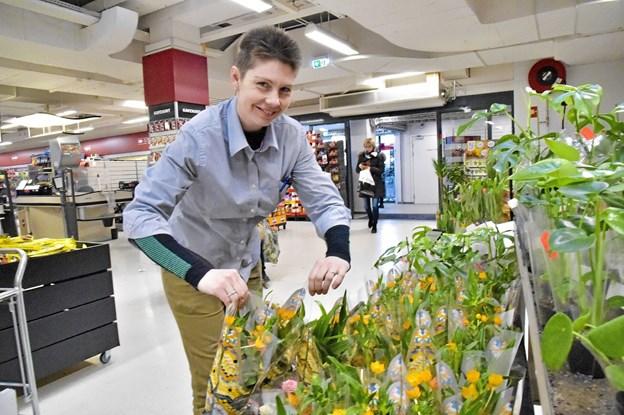 Tina Hundahl har travlt med at fylde blomster i den nye afdeling i SuperBrugsen. Foto: Ole Iversen