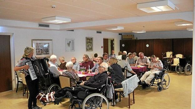 Hovedparten af Rosengårdens 64 beboere havde valgt at deltage i Høstfesten, hvor gamle sange og melodier blev genopfrisket.