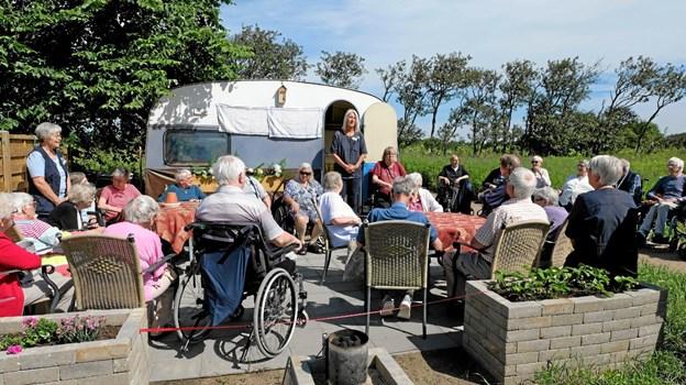 """Aktivitetsmedarbejder Vibeke Kaptain byder velkommen til indvielsen af det nye """"campingområde"""" på Vellingshøj Aktivitetscenter. Hun glæder sig over det store fremmøde. Foto: Niels Helver"""