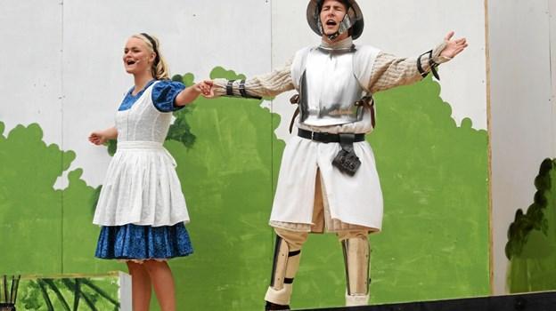 Hovedrollen som Alice spilles af Marie Louise Forup Nielsen. Hun ses her i en scene med den hvide ridder i skikkelse af Christian Bager Jakobsen. Foto: Allan Mortensen