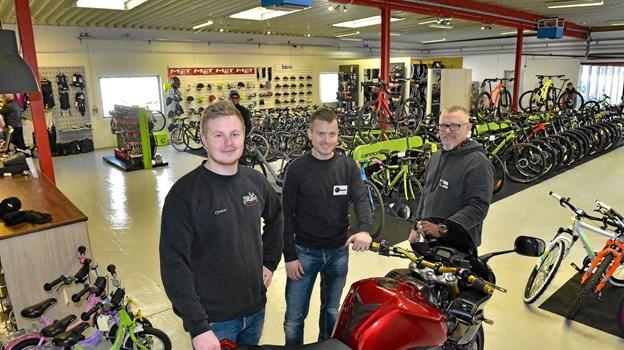 Lars Kappel (th.) og Nikolaj Kappel (midten) og cykelmekaniker Christian Kær Møller, har nu fået alt den plads de har manglet. Foto: Ole Iversen