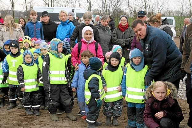 Børnene ventede spændt på at komme til at plante træer. Foto: Flemming Dahl Jensen Flemming Dahl Jensen