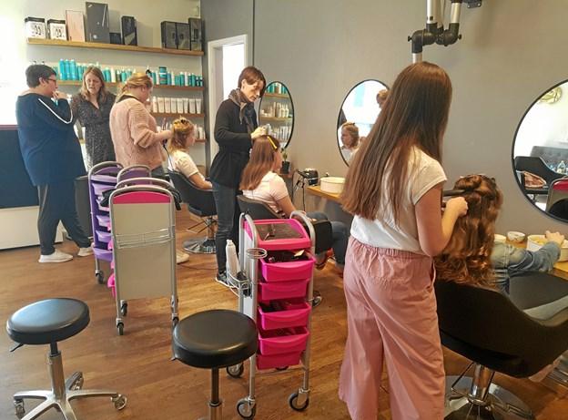 Lise i gang med at vise hvordan man gør, og det ved Lise, for hun her udlært flere både jyske og danske mesterskaber i frisørfaget. Foto: Privat.