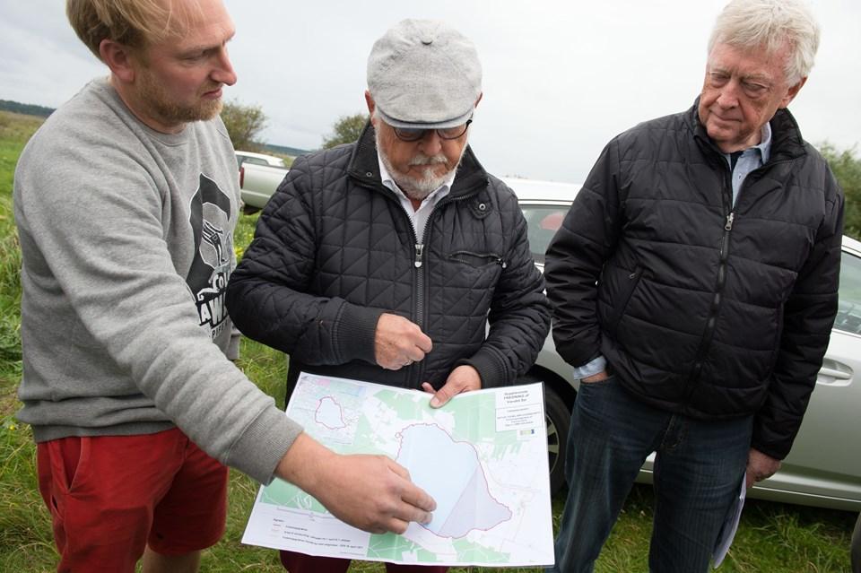Fredningsgrænsen går, hvor den går, konstaterer Rasmus Fajerskov, tv.,  og begrunder hvorfor overfor Jens Otto Nystrup og Hans Søndergaard fra foreningen af bredejere ved Vandet Sø.   Foto: Bo Lehm