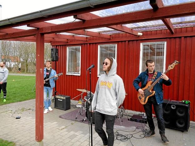 """Mathias sang blandt andet """"Wonderwall"""" i forbindelse med koncerten i Nøvling. Foto: Kjeld Mølbæk"""