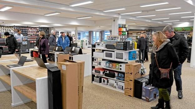 December: Tommy Høj, der tidligere har haft forretninger i Sindal, åbnede en ny og moderne forretning på Nørregade i Hirtshals med Høj Data og Høj Farver. Foto: Niels Helver Niels Helver