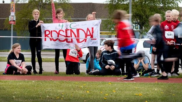 11 skoler deltager i Skole-OL på Bymarkskolen, der slutter i eftermiddag. Heriblandt Rosendalskolen, hvor eleverne fra 4. C. mødte op med bannere. Torben Hansen