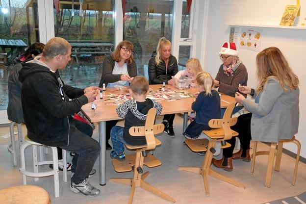Der blev klippet julepynt til den store guldmedalje i landsbyordningen og indskolingen på Ranum Skole. Privatfoto