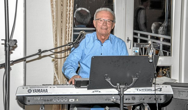 Jørgen Overgaard spillede hyggemusik, ens medlemmerne spiste. Foto: Mogens Lynge Mogens Lynge