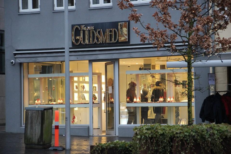 """Klaus """"Guldsmed"""" Pedersen viste smykkerne frem. Foto: Hans B. Henriksen"""