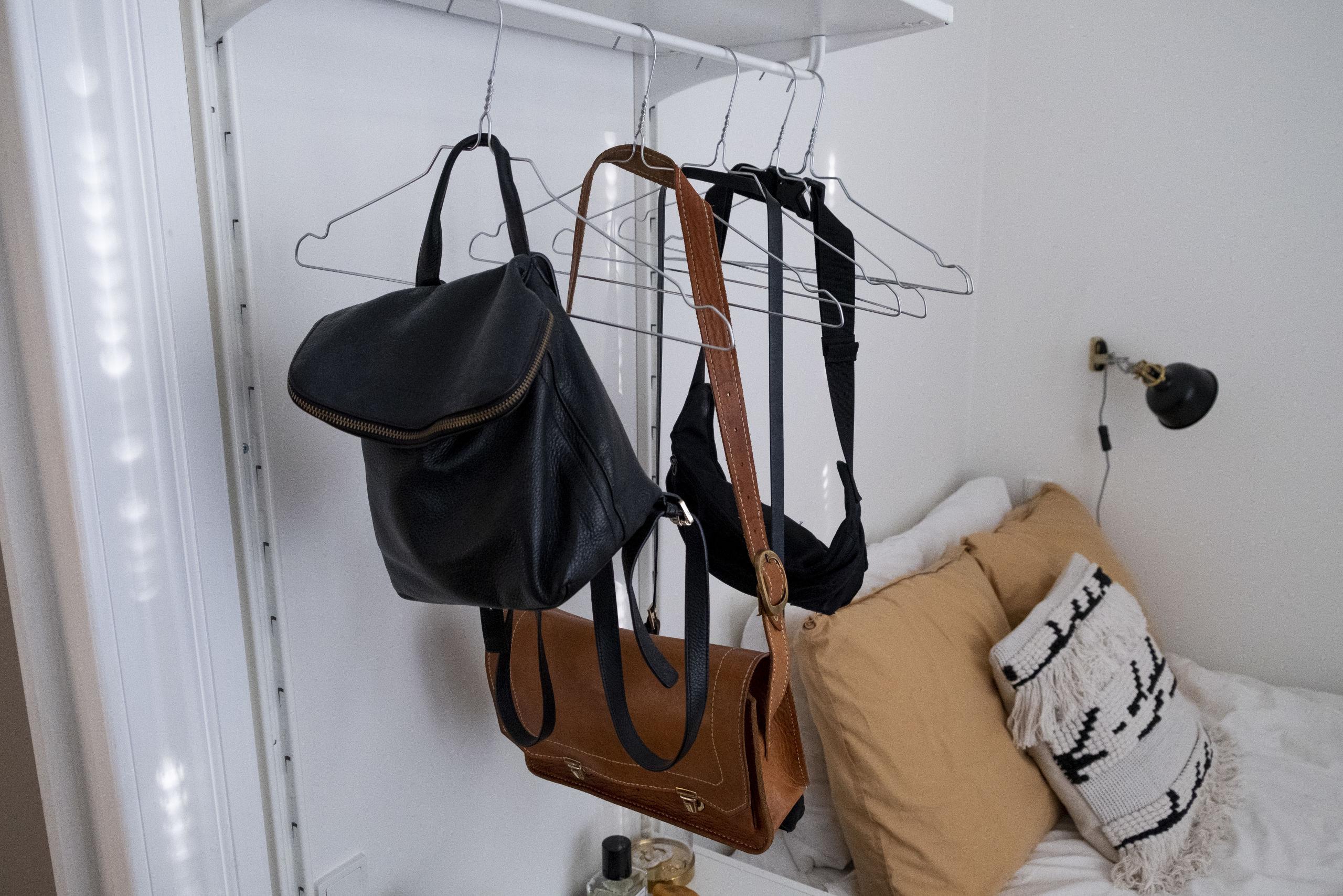 Tasker på bøjle giver et nemt overblik. Foto: Lasse Sand