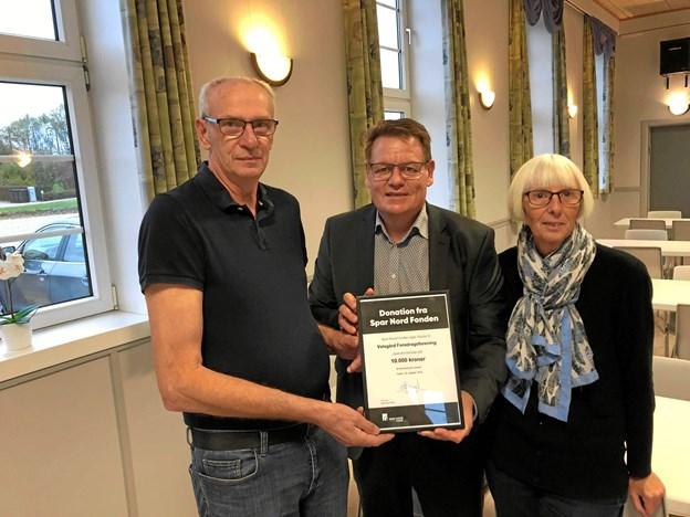 Henrik Ravn Mortensen fra Spar Nord (i midten) overrækker de 10.000 kr. til bestyrelsesmedlemmerne fra Valsgaard Foredragsforening, Peter Pedersen (t.v.) og Lillian Bork (t.h.). Privatfoto
