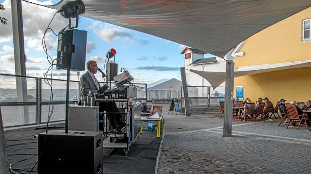 Sommer og musik på havnen er populært. Om torsdagen er der musik i den anden ende af havnen, ved Kulgården. ?Foto: Mogens Lynge Mogens Lynge