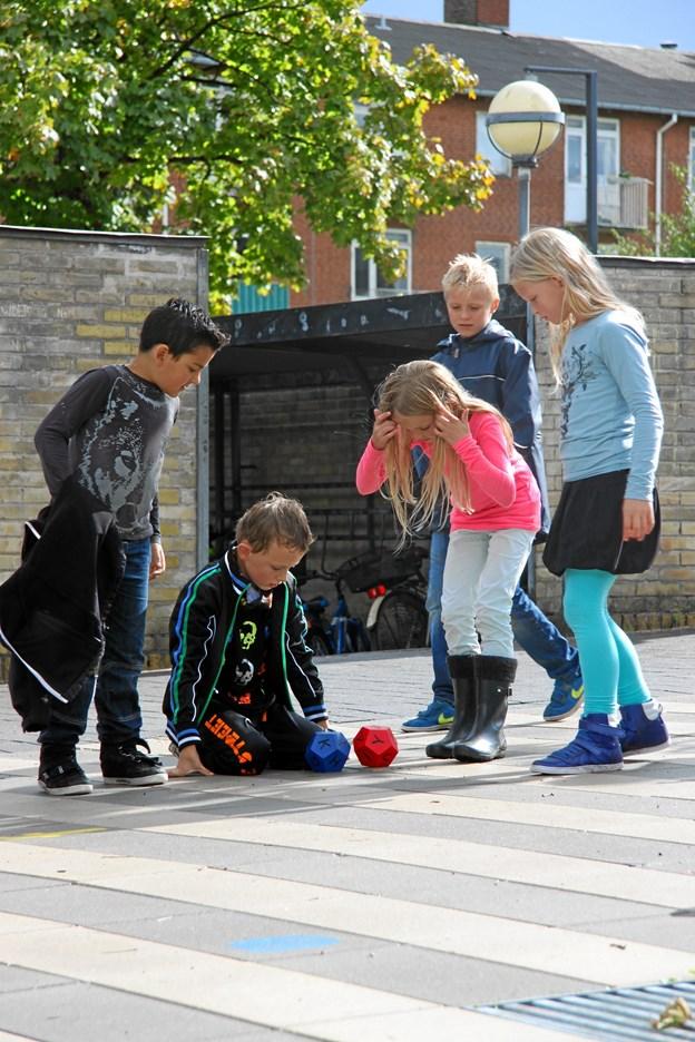 """Konceptet """"Leg på Streg"""" kombinerer fysisk aktivitet og læring på farverige baner i skolegården, og henvender sig skolebørn fra 0. til 6. klasse."""