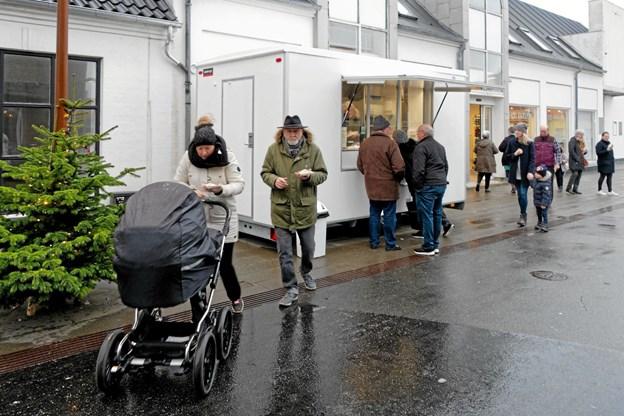 Efter en rundtur i den 525 kvadratmeter store butik blev gæsterne budt på lidt godt til ganen i form af Fish and Chips. Foto: Niels Helver Niels Helver
