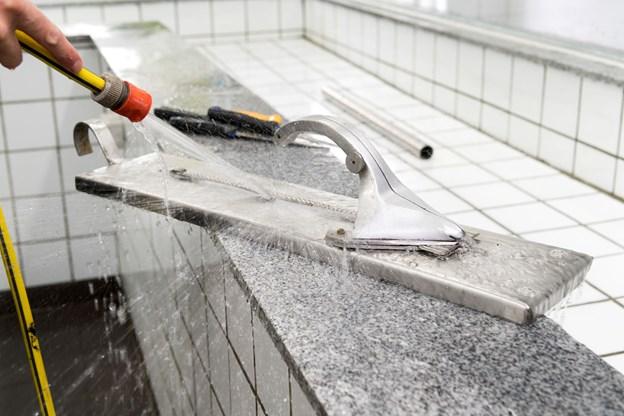 Hornfiskejern og knive er fundet frem fra gemmerne, for Johnny Melchior Nielsen vil opskære al fisken selv