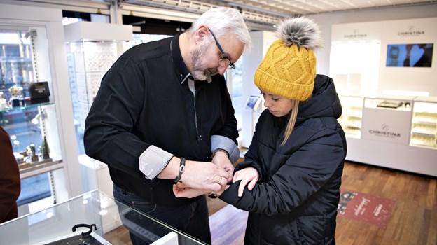 Første stop var hos Byens Ure & Smykker, hvor Olav Hansen tog imod - her købte Majken et ur og nogle smukke øreringe. Foto: Kurt Bering Kurt Bering