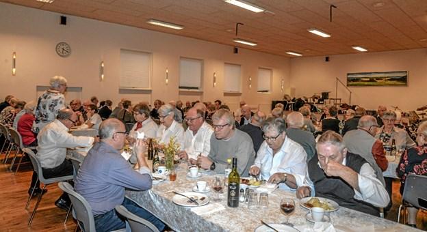 70 medlemmer mødte op til Salling Seniorers danseaften i Salling Forsamlingshus med mad og dans. Foto: Mogens Lynge Mogens Lynge