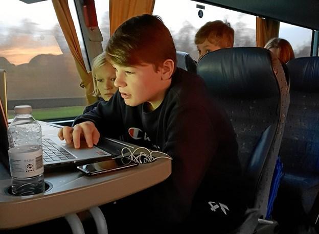 Albert forbereder sig i bussen_