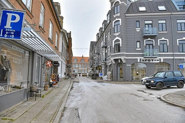 Kun 50 meter - men meget bedre lokaler i den gråmalede hjørneforretning (t) med store udstillingsvinduer og højt til loft. Foto: Ole Iversen Ole Iversen
