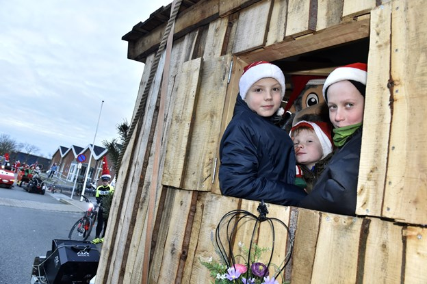Nikolaj og Lasse er klar til at dele karameller ud fra Gråskægshus på traileren fra Aarup Kloakservice og Enetreprenør. Foto: Ole Iversen