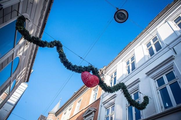 Sådan ser den nye julepynt i Aalborg ud - snart får guirlanden følgeskab af mange flere.