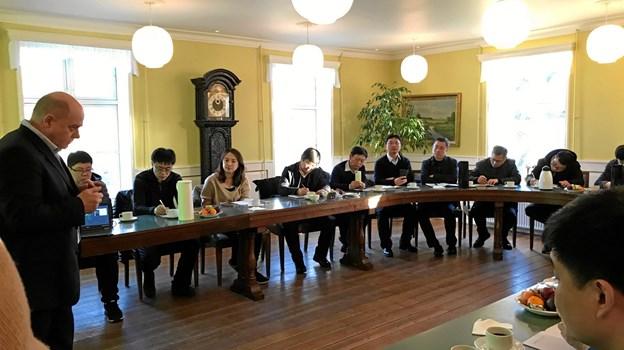 Byrådssalen på Knivholt Hovedgaard var første stop på de kinesiske gæsters besøg. Her hørte de projektchef Poul Rask Nielsen fortælle om Energibyens og kommunens arbejde med vedvarende energi. Foto: Energibyen