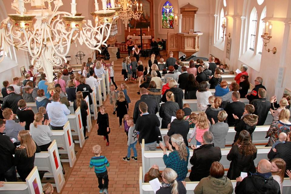 Kirken var fyldt til bristepunktet med korsangere og tilhørere. Privatfoto