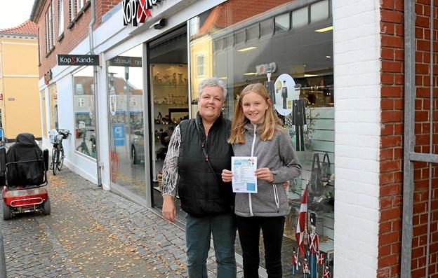 Mette Madsen og Steffani Madsen Andersen glæder sig over Handelsstandsforeningens flotte initiativ med Turpassene. Steffani har ikke nogle favoritter blandt butikkerne og forventer at komme rundt til dem alle sammen. Foto: Tommy Thomsen