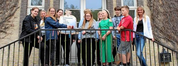 Elevrådet fra Hobro Efterskole overrækker de 6000 kroner til forstander, Lise Claesson og nogle af børnene på Julemærkehjemmet. Privatfoto