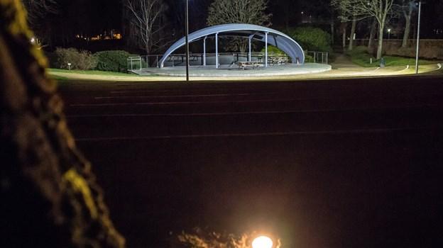Omkring amfiteateret er der sat nye pærer i, som kan styres via wi-fi. Der kan ændres lysstyrke og farve, og det kan i princippet udvides til flere steder i Hedelund.Foto: Martin Damgård Martin Damgård