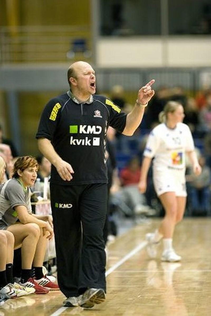 Træner Leif Gautestad kæmpede en hård kamp fra sidelinjen for at få sit hold ind i kampen. Men lige lidt hjalp det. foto: Per kolind