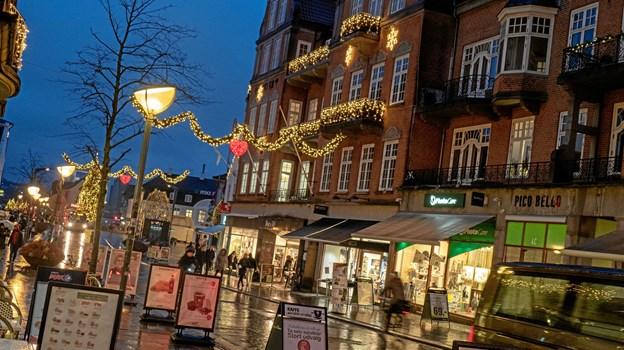 Julestemningen er høj i Aalborg midtby, der har fået en ny julebelysning på udvalgte bygninger. Foto: Click Foto