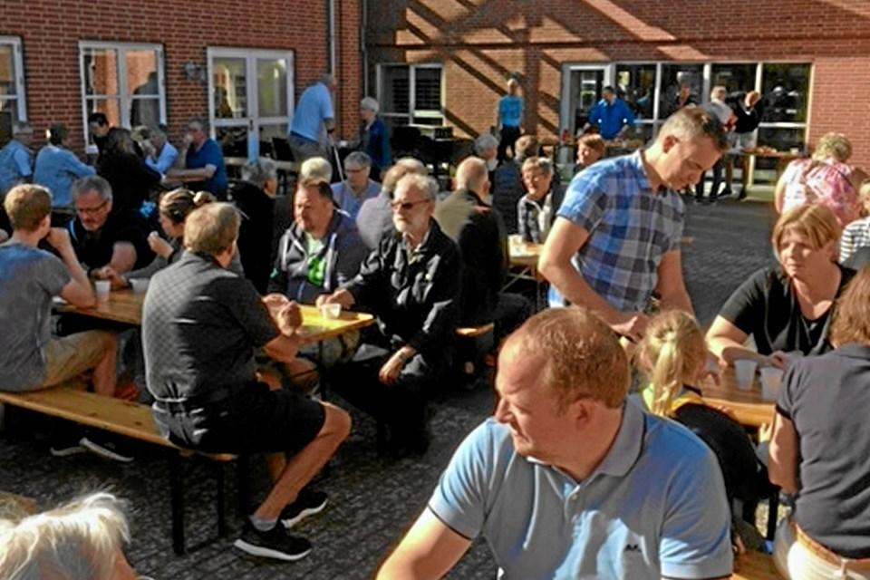 Som en fast del af Sommerfesten er Arden Handel & Håndværk vært ved morgenkaffebord i Kulturhuset som optakt til bibliotekets store bogudsalg af kasserede bøger. Det plejer at være et tilløbsstykke. Foto: Privat