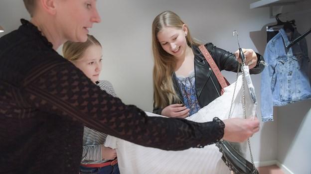 Louise Lindrup Kühn, der er mor til Sidsel er godt tilfreds med, at hele budgettet ikke er brugt på selve konfirmationskjolen. Foto: Michael Koch.
