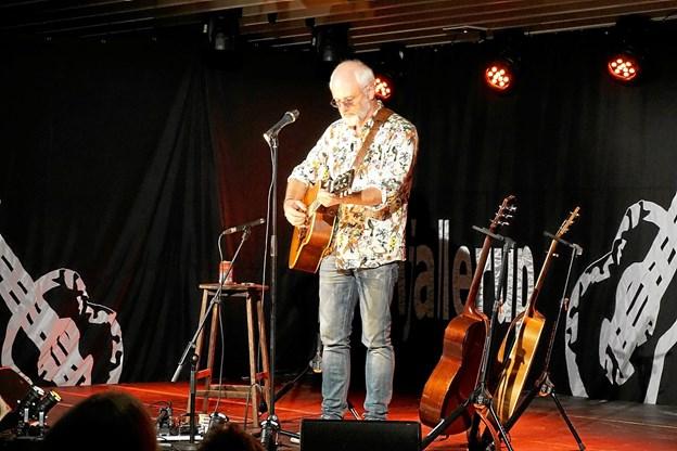 Det var en veloplagt Allan Olsen, som åbnede sæsonen for Hjallerup Musikforening. Han optrådte med sin akustiske guitar og skabte sig et nærvær med publikum. Privatfoto