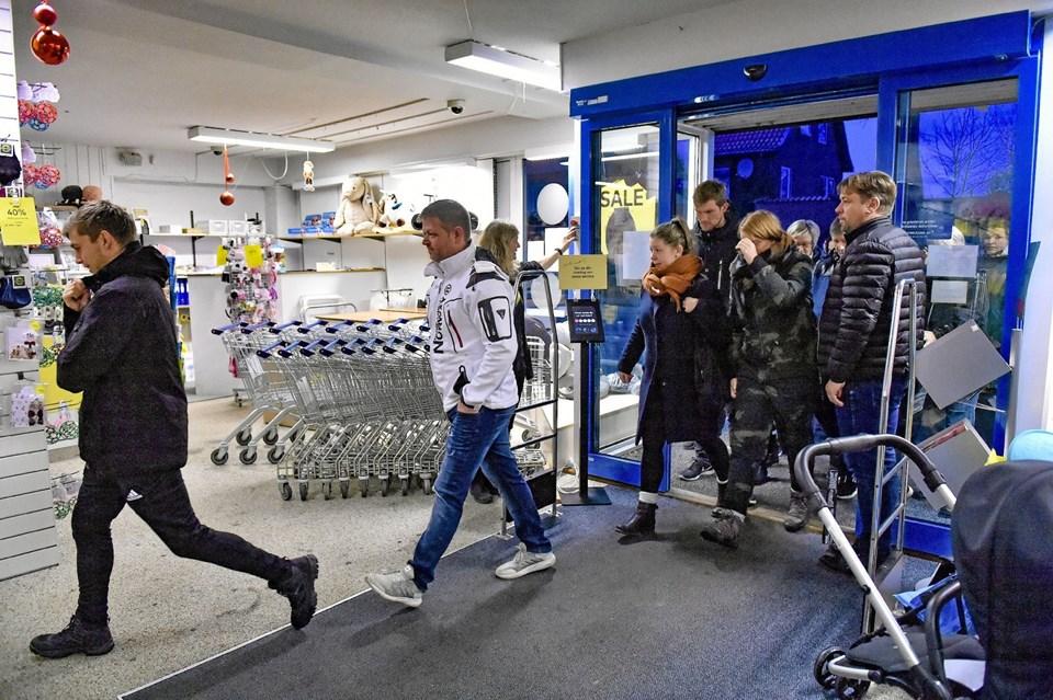 Dørene går op for det ordinære ryk-ind kl. 9.00. Tidligere var flere af de 46 køtilbudsjægere blevet betjent. De fleste tog dog også 2. omgang i baby-udstyrsbutikken. Foto: Ole Iversen Ole Iversen
